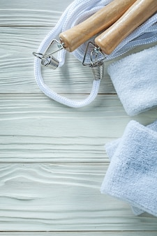 Faixa branca de pular corda no conceito de aptidão de placa de madeira