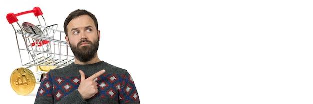 Faixa branca horizontal com um homem fazendo compras online na bolsa de criptomoedas. cesta de alimentos