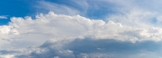 Faixa de nuvens brancas em um céu azul, panorama