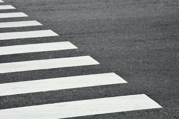 Faixa de pedestres da zebra em uma estrada de asfalto