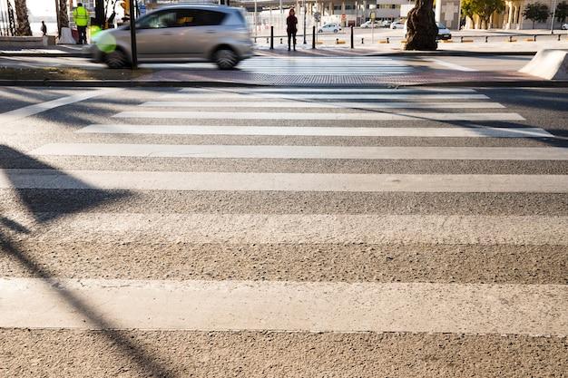 Faixa de pedestres da zebra na estrada para a segurança