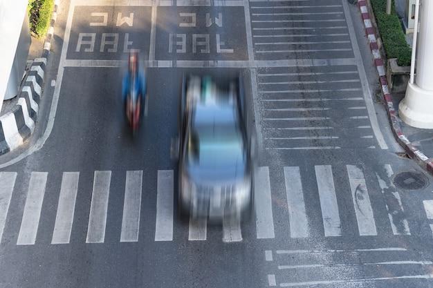 Faixa de pedestres e carro