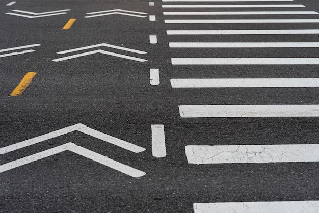 Faixa de pedestres na cidade closeup