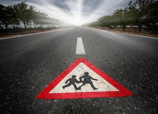 Faixa de pedestres na estrada de asfalto