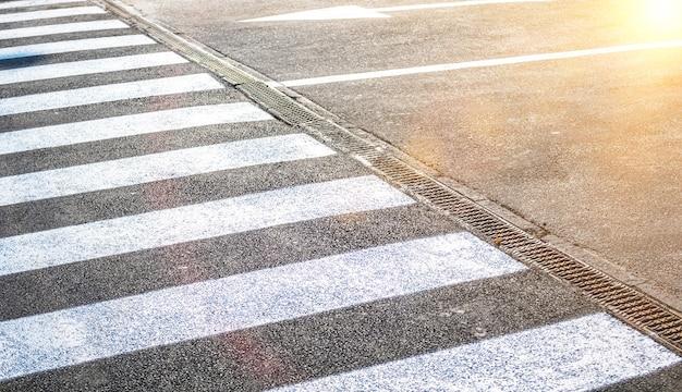 Faixa de pedestres na estrada para segurança. faixa de pedestres na rua, importação logística, exportação e foto da indústria de transporte