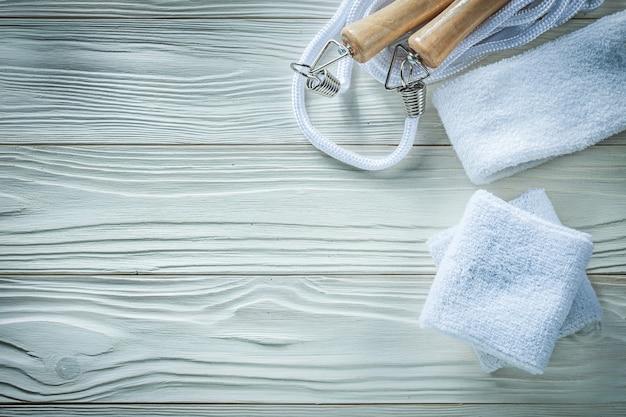 Faixa de pular corda no conceito de aptidão de placa de madeira