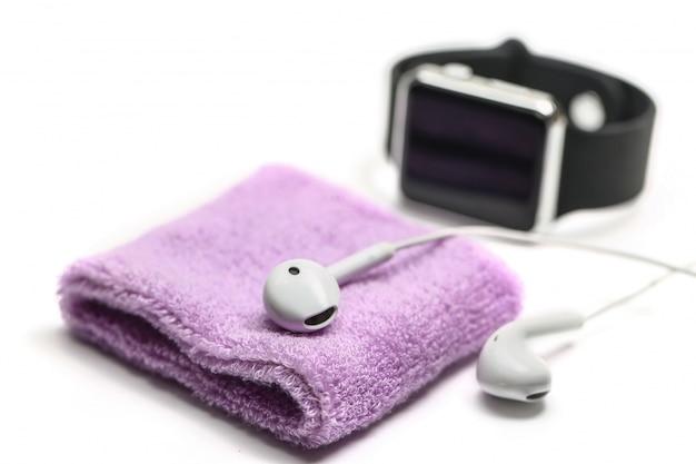 Faixa de pulso de algodão relógio inteligente e fone de ouvido no fundo branco