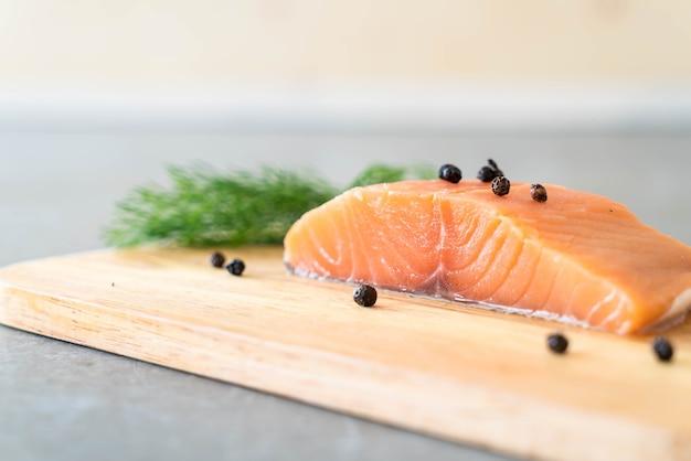 Faixa de salmão fresco a bordo