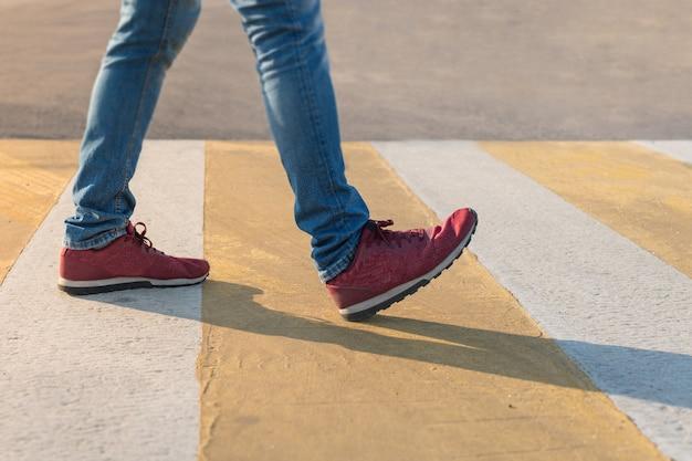 Faixa de travessia de pedestres pelas regras do código de trânsito.