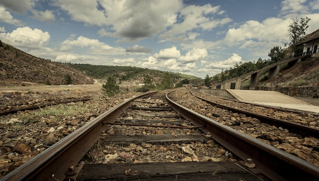Faixas antigas do trem de mineração entre montanhas na estação de zarandas