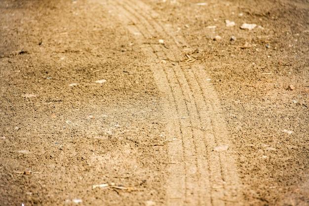 Faixas de pneus de curva no solo