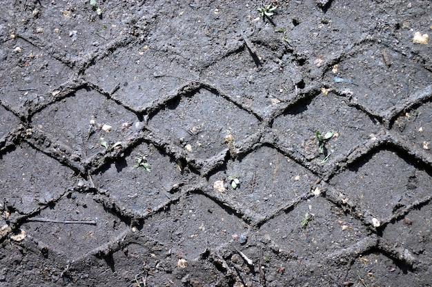 Faixas de pneus no chão.