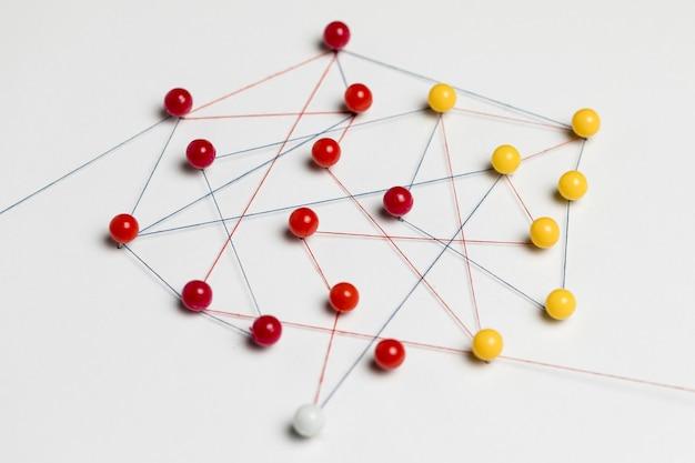 Faixas e rosca de pino amarelo e vermelho