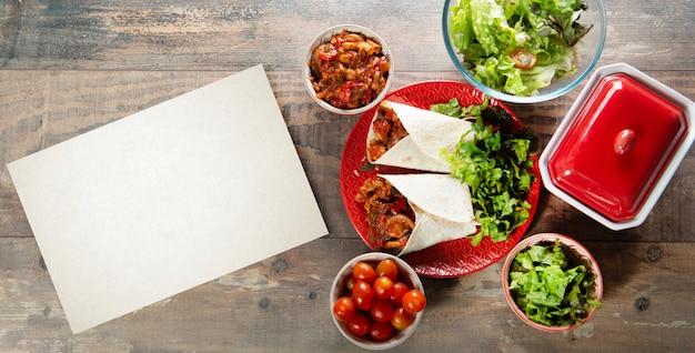 Fajitas com frango, cozinha mexicana, cozinha tex-mex com espaço de cópia