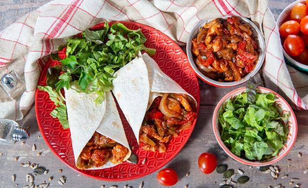 Fajitas com frango, cozinha mexicana, culinária tex-mex