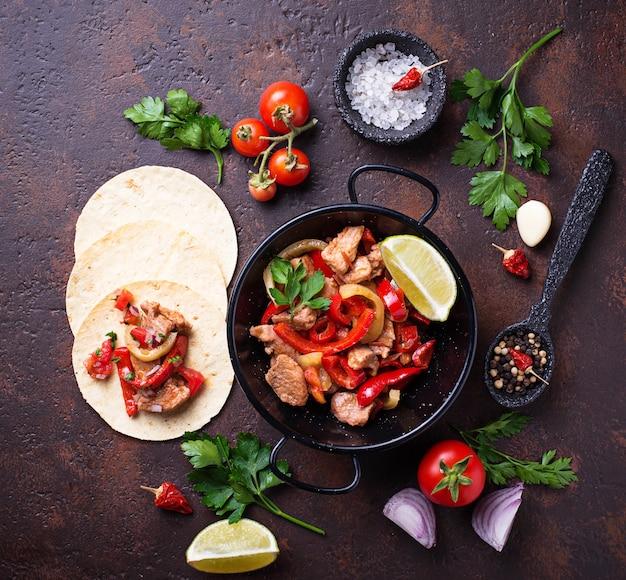 Fajitas com pimentos para cozinhar tacos mexicanos