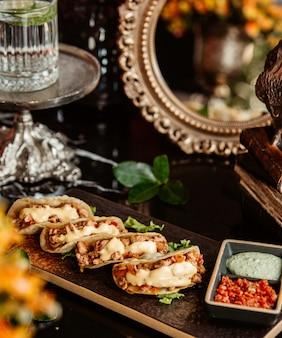 Fajitas de frango com maionese e molhos