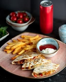 Fajitos de frango e batatas fritas