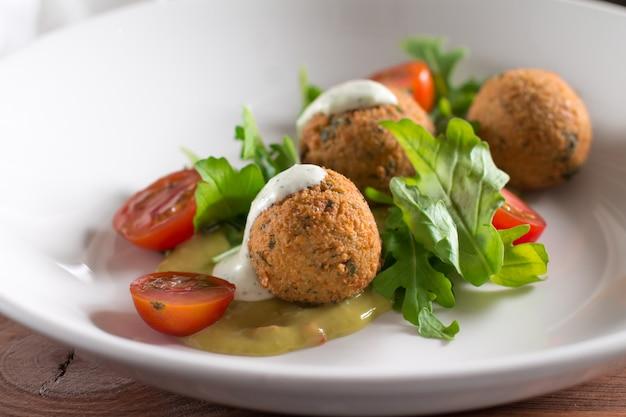 Falafel, bolas de grão de bico com legumes