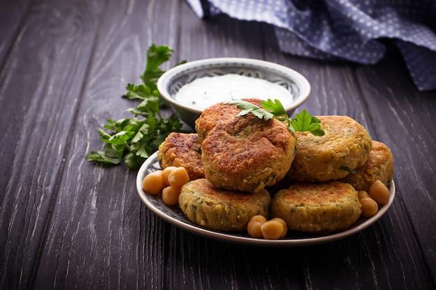 Falafel com molho tzatziki