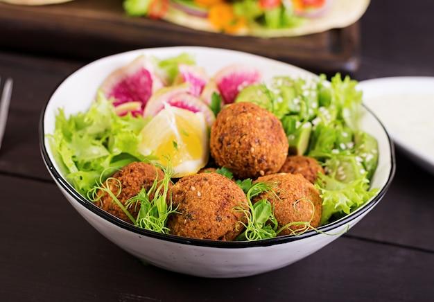 Falafel e legumes frescos. tigela de buda. pratos do oriente médio ou árabe