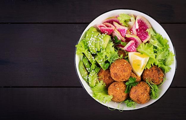 Falafel e legumes frescos.