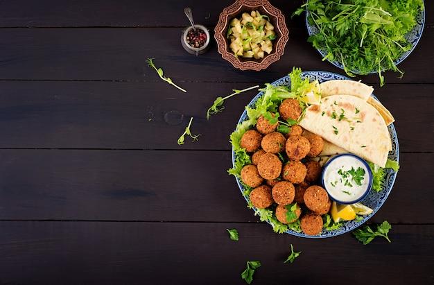 Falafel, homus e pita. pratos do oriente médio ou árabes. comida halal. vista do topo. copie o espaço
