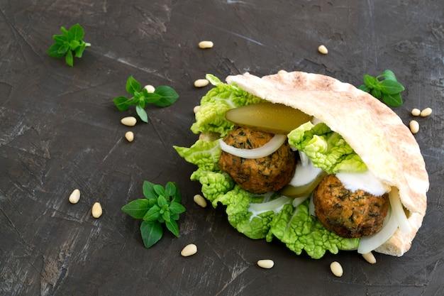 Falafel, um tradicional prato israelense de grão de bico.