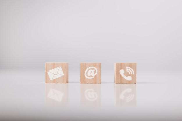 Fale conosco ícone endereço de e-mail telefone no cubo de madeira teletrabalho teletrabalho
