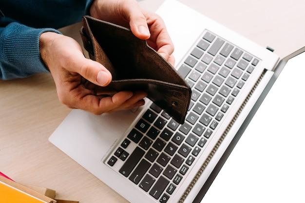 Falência e crise. homem se tornando insolvente devido a más decisões financeiras ou investimentos. falhas no difícil mundo dos negócios