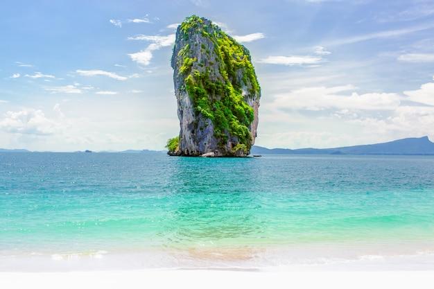 Falésia de calcário sobre o mar cristalino na ilha tropical, krabi, tailândia
