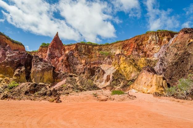 Falésias de areia colorida em conde perto de joao pessoa paraiba brasil em 29 de setembro de 2012