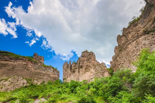 Falésias de montanha e céu nublado
