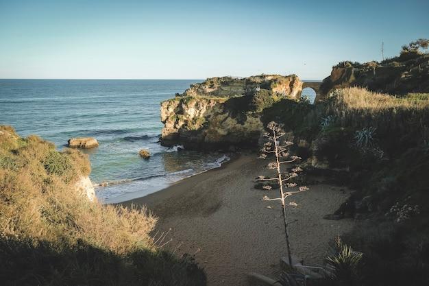 Falésias e praia nas margens do oceano atlântico em torno da cidade de lagos em portugal