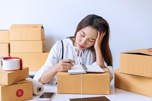Falha de jovem empresário asiático nos negócios on-line, mulher estressada com problema de trabalho. sem esperança em desastres econômicos afetam as pequenas empresas. venda on-line, conceito de empresário de pme