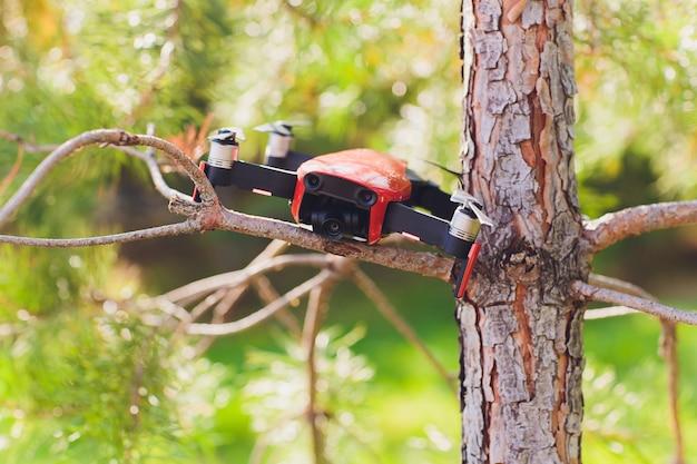 Falha do drone na árvore e caiu com a perna quebrada e arranhou a tampa.