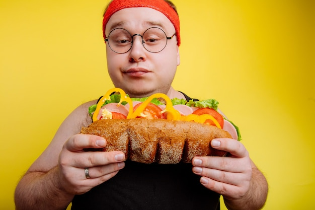 Falha na dieta do homem gordo comendo fast-food