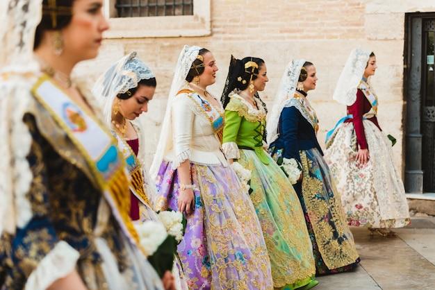 Falleras mulheres prestes a oferecer seus buquês para a virgem durante o evento de oferta de fallas.