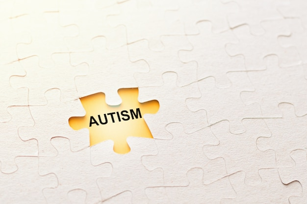 Falta peça de quebra-cabeça com autismo de inscrição em um fundo amarelo