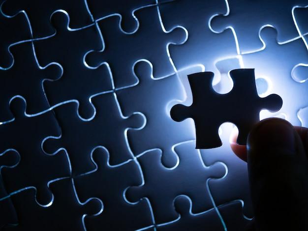 Faltando peça de quebra-cabeça com iluminação, conceito de negócio para completar a peça de quebra-cabeça de acabamento.