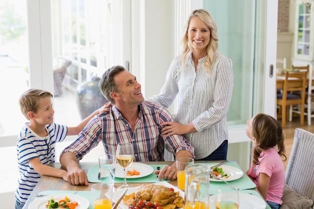 Família a comer na mesa de jantar em casa