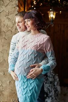 Família à espera do nascimento do segundo filho. mãe, pai e filho, esperando o nascimento do bebê. a família se abraça e se ama. rússia, sverdlovsk, 26 de dezembro de 2017
