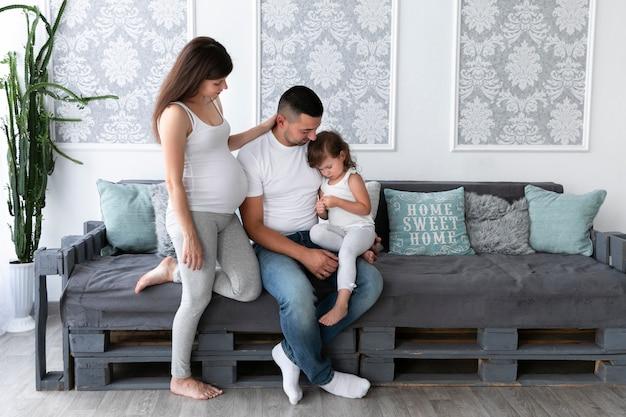 Família a passar tempo juntos na sala de estar