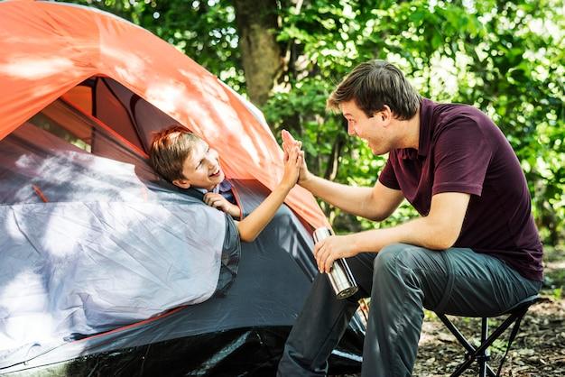 Família, acampamento, em, a, floresta