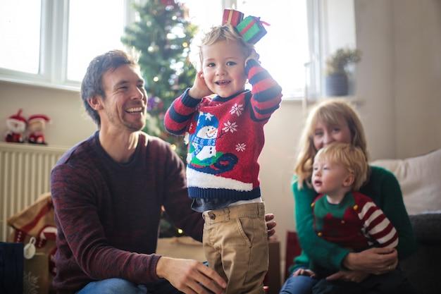 Família adorável se divertindo brincando com decorações de natal