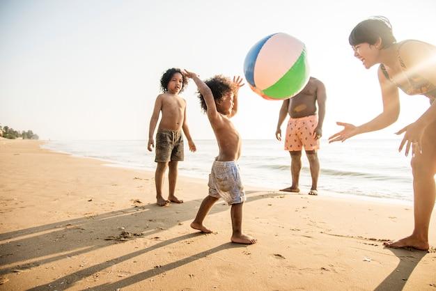 Família africana que aprecia a praia