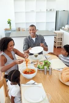 Família afro-americana que janta junto