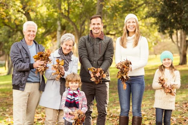 Família alargada está pronta para jogar folhas ao redor