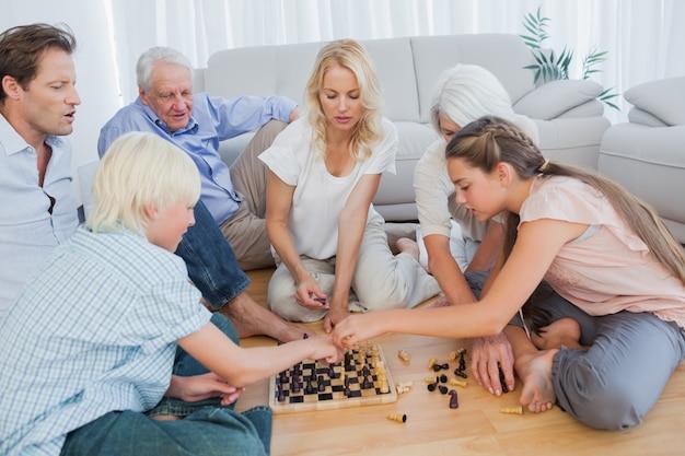 Família alargada jogando xadrez