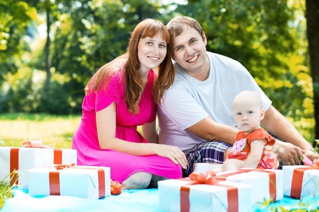 Família alegre com caixas de presente